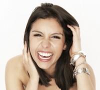 Frau zeigt Emotionen